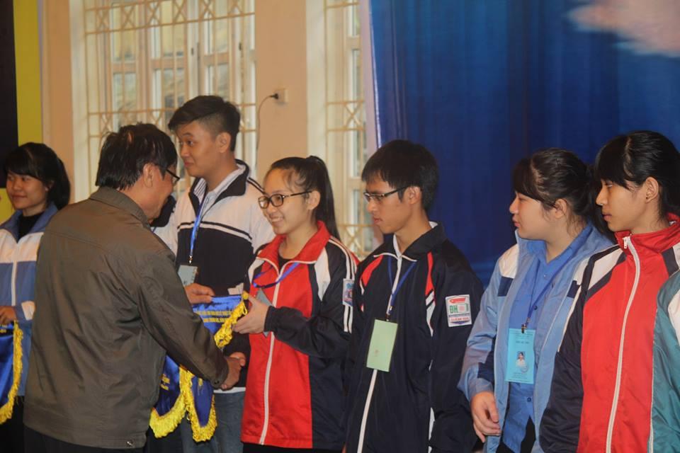 Đại diện các thí sinh tham gia cuộc thi nhận cờ của Ban tổ chức